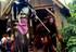 5 Das Urviech auf Stelzen und das Schokimonster erfreuen die Besucher mit ihrem walk Act in Nürnberg und München